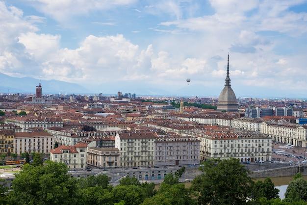 Stadtbild von turin turin, italien mit der mole antonelliana und dem heißluftballon
