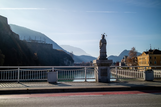 Stadtbildansicht der historischen sehenswürdigkeiten in kufstein-denkmal auf der brücke johannes nepomuk auf einem hintergrund der berglandschaft, österreich.