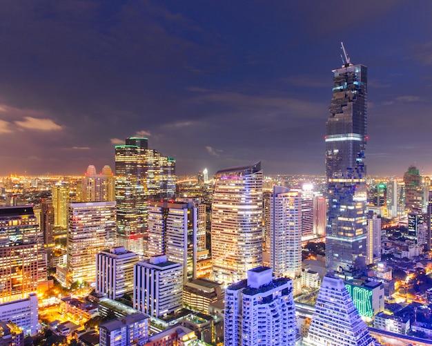 Stadtbildansicht des modernen bürogeschäftsgebäudes bangkoks in der geschäftszone in bangkok