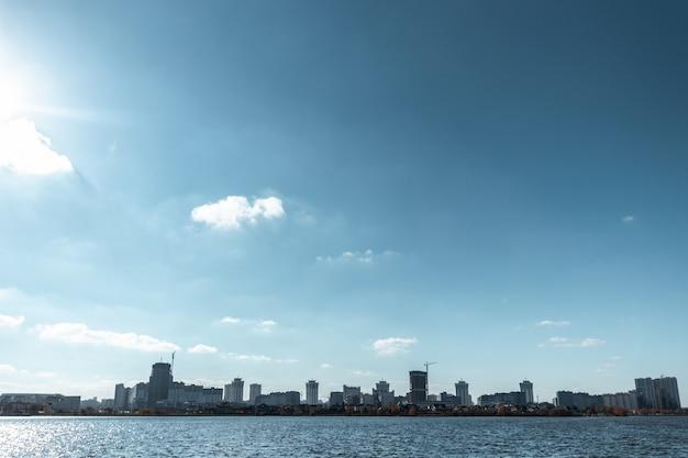 Stadtbildansicht vom fluss