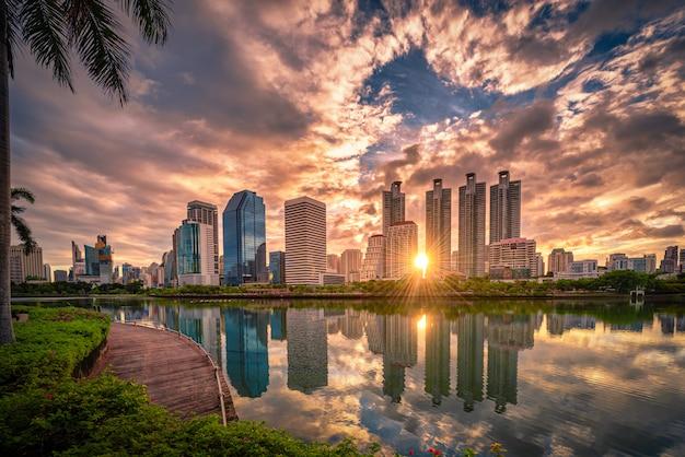 Stadtbildbild von benchakitti park bei sonnenaufgang in bangkok, thailand.