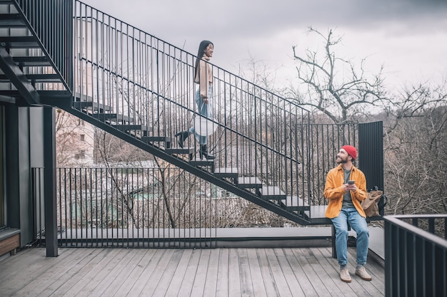 Stadtbrücke. mann sitzt auf der treppe, das mädchen geht auf die brücke hinunter