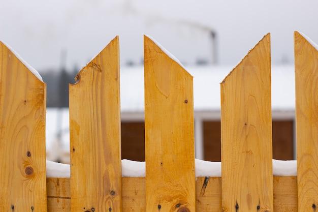 Stadtdienst säubert schneewinter mit schaufel nach schneesturmhof. sonnenlicht.