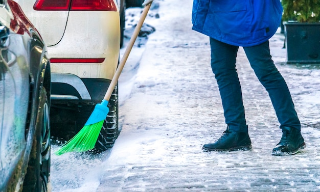 Stadtdienst säubert straßen mit spezialwerkzeugen nach schneefall b