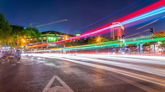 Stadtgebäude landschaft nachtlandschaft und fuzzy scheinwerfer