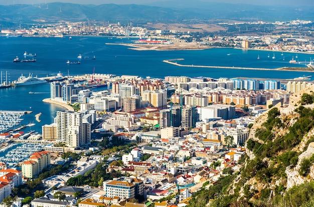 Stadtgebiet von gibraltar vom felsen aus gesehen