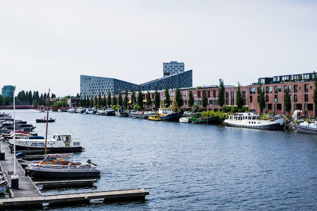 Stadthafen mit yachten. amsterdam
