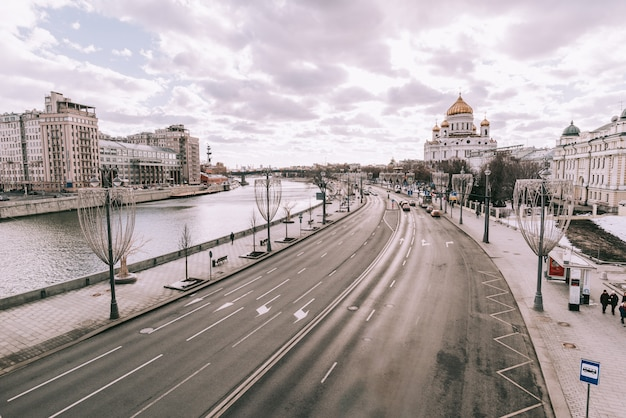Stadtlandschaft mit blick auf den moskauer kreml und reflexionen in den gewässern der moskwa.