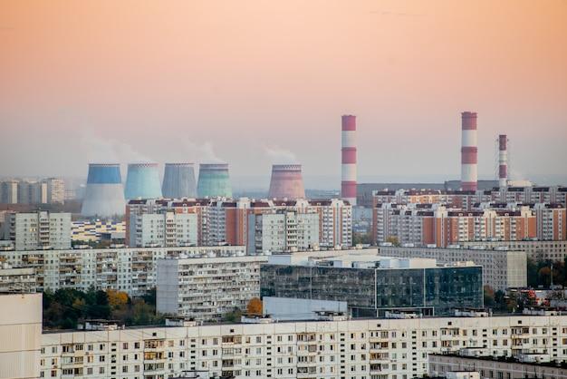 Stadtlandschaft rauchte verschmutzte atmosphäre aus emissionsfabriken. umweltverschmutzung.