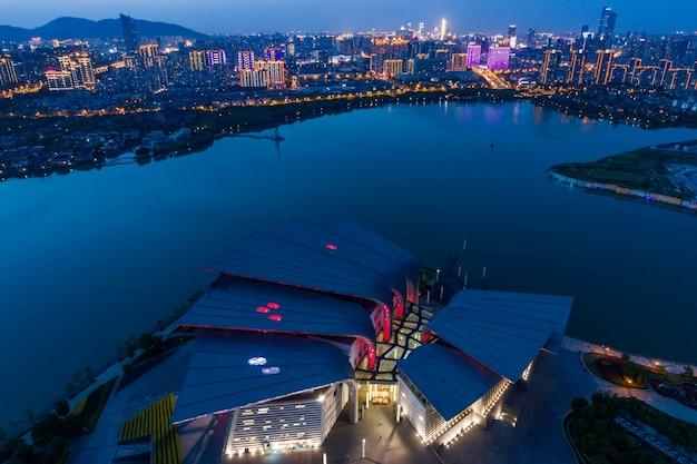 Stadtlandschaft und verkehrsfluss in wuxi industriepark in der nacht