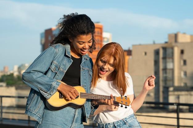 Stadtleben mit gitarrenmusik mittlerer aufnahme
