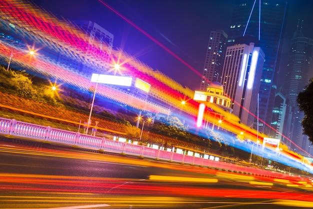Stadtnachtszenen und autostrecken auf der straße
