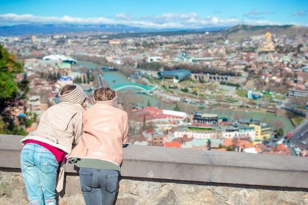 Stadtpanorama von tiflis. altstadt, neuer summer rike park, fluss kura, europaplatz und friedensbrücke