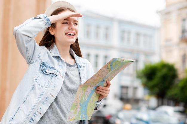 Stadtreisender, der eine karte in der stadt hält