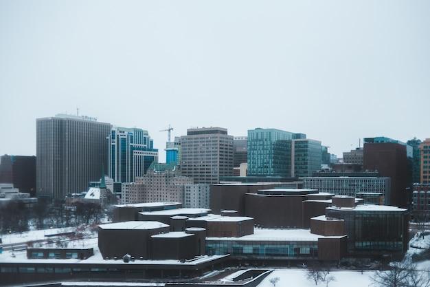 Stadtskyline unter weißem himmel während des tages