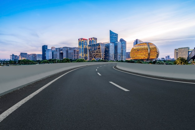 Stadtstraße durch moderne gebäude in china