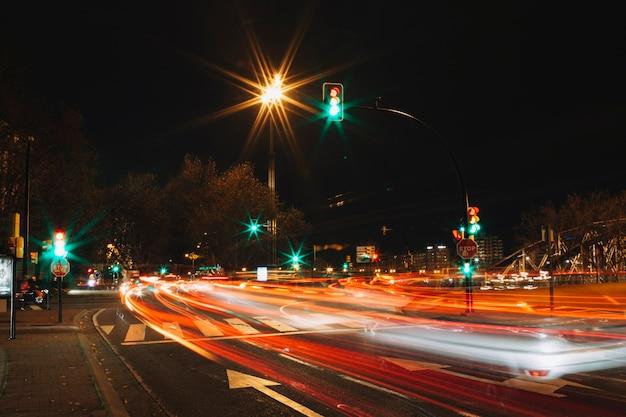 Stadtstraße in der langen belichtung