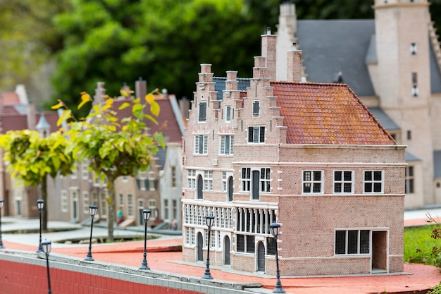 Stadtstraße mit gebäuden im europäischen stil, miniaturszene im freien, europa. mini-figuren mit hoher entkalkung von objekten, realistisches diorama