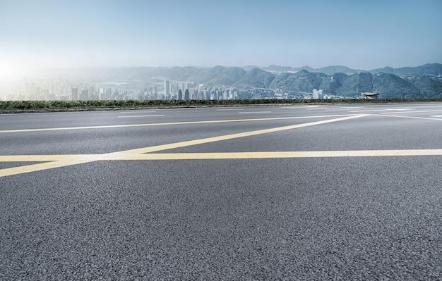 Stadtstraße und chongqing-gebäudelandschaftsskyline