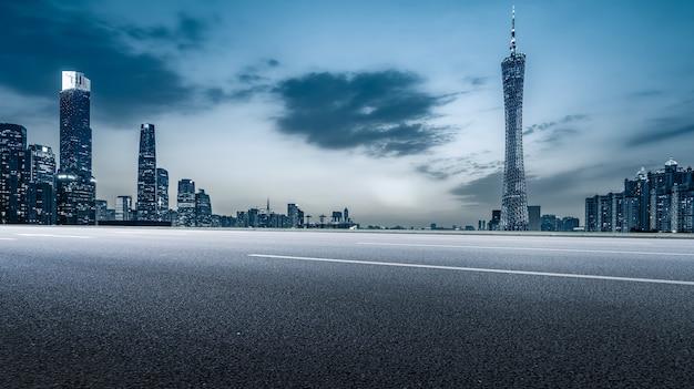 Stadtstraße und guangzhou-architekturlandschaftsskyline
