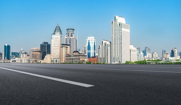 Stadtstraße und skyline von shanghai bund