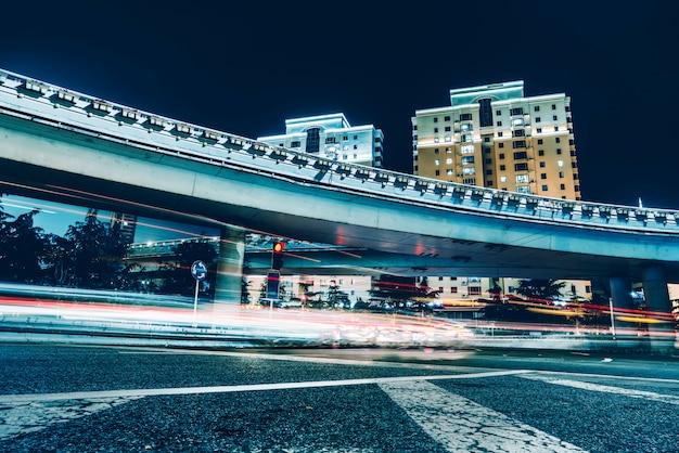 Stadtstraßen und verschwommene lichter