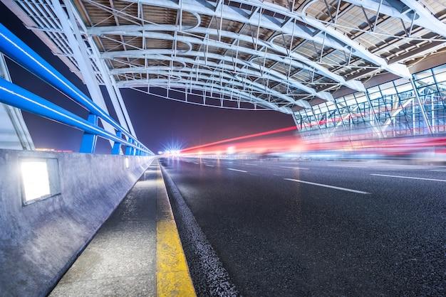 Stadtverkehrsstraße mit stadtbild in der nacht