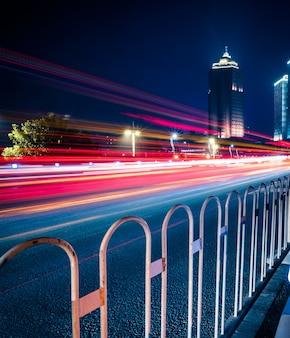 Stadtverkehrsstraße mit stadtbild