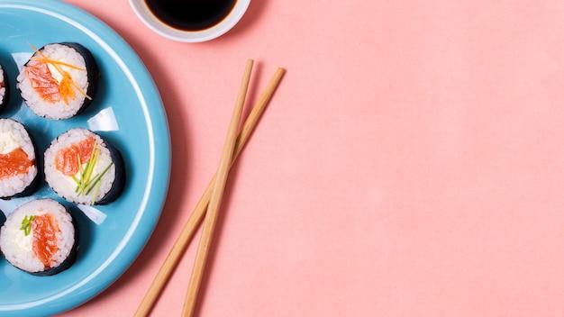 Stäbchen und sushi im kopierraum