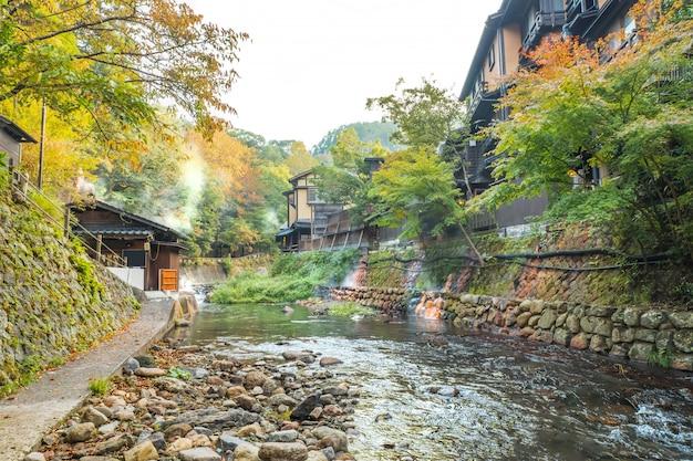 Städte der heißen quellen, kurokawa onsen, ryokan und brücke, kurokawa am morgen, kumamoto, kyushu, japan