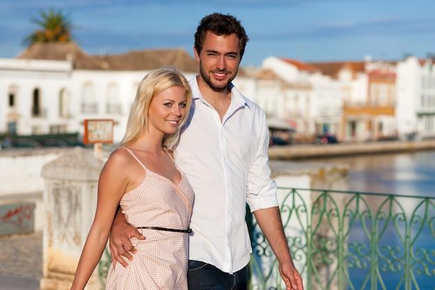Städtetourismus - paar in den ferien auf brücke