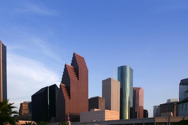 Städtische ansicht der im stadtzentrum gelegenen gebäude des wolkenkratzers der stadt