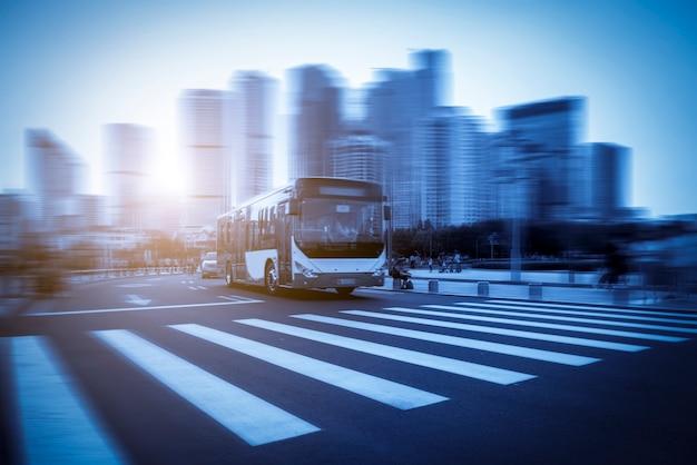 Städtische architekturlandschaft und straßenverkehr in qingdao