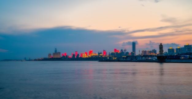 Städtische architekturlandschaftsskyline nach qingdao-küstenlinie