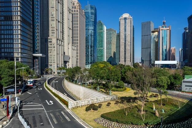 Städtische moderne gebäude und straßen, plattformen
