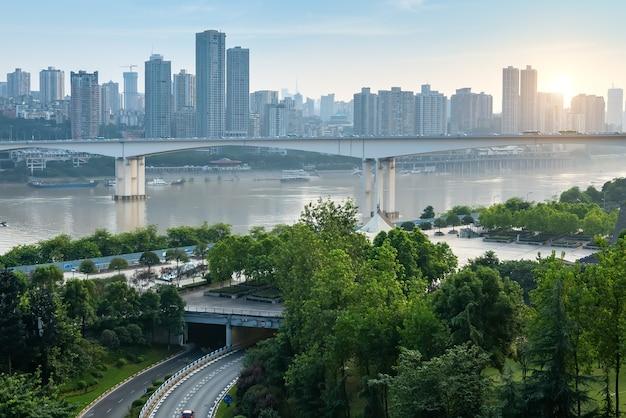 Städtische skyline und brücke in chongqing, china
