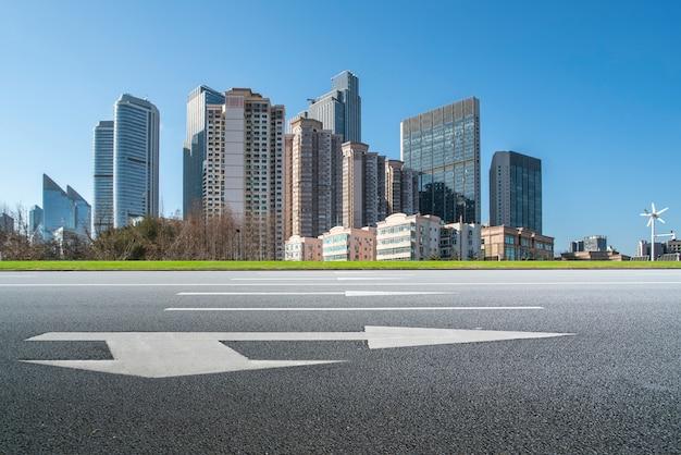 Städtische skyline von qingdao und architekturlandschaft der asphaltstraße