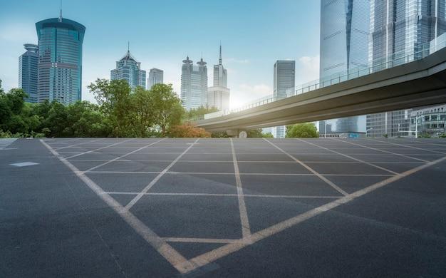 Städtische straßen und moderne gebäude im finanzviertel lujiazui, shanghai