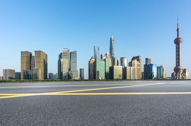 Städtische straßen und moderne städtische gebäude
