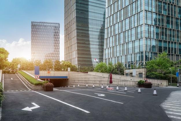 Städtische straßen und urbane moderne gebäude