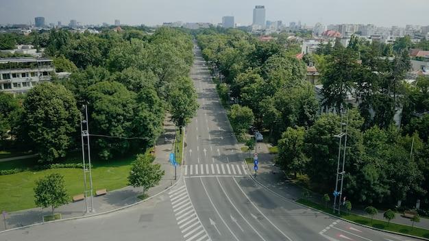 Städtische szene vom himmelsturmdach der modernen stadt