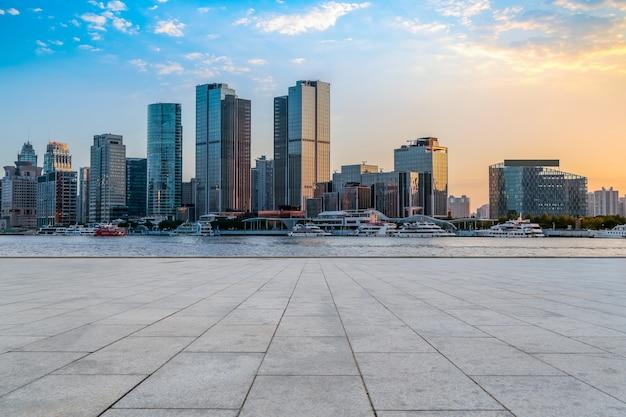 Städtische wolkenkratzer mit leeren quadratischen bodenfliesen