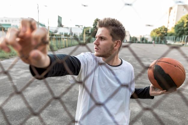 Städtischer basketballspieler der vorderansicht