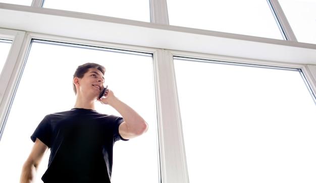 Städtischer mann, der auf smartphone spricht