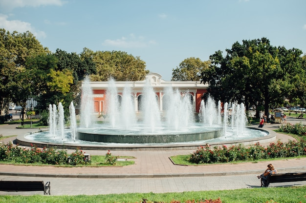 Städtischer öffentlicher brunnen in einem park