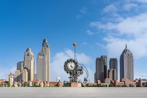 Städtischer straßenboden und städtische architekturlandschaft