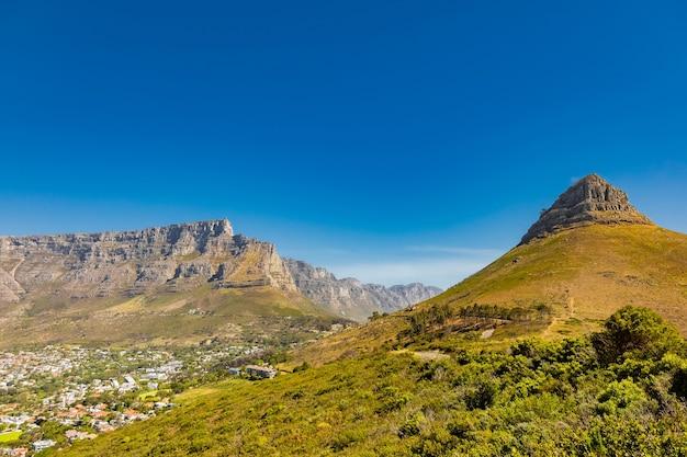 Städtisches stadtbild mit einer felsigen bergkette dahinter in kapstadt, südafrika
