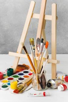 Staffelei und aquarellfarbe