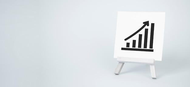 Staffelei und aufwärtspfeildiagramm. konzept für erfolg, wachstum und leistungssteigerung. statistiken und geschäftsanalysen. einkommen einnahmen
