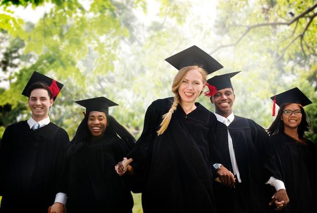 Staffelungsstudenten-anfangs-hochschulabschluss-konzept